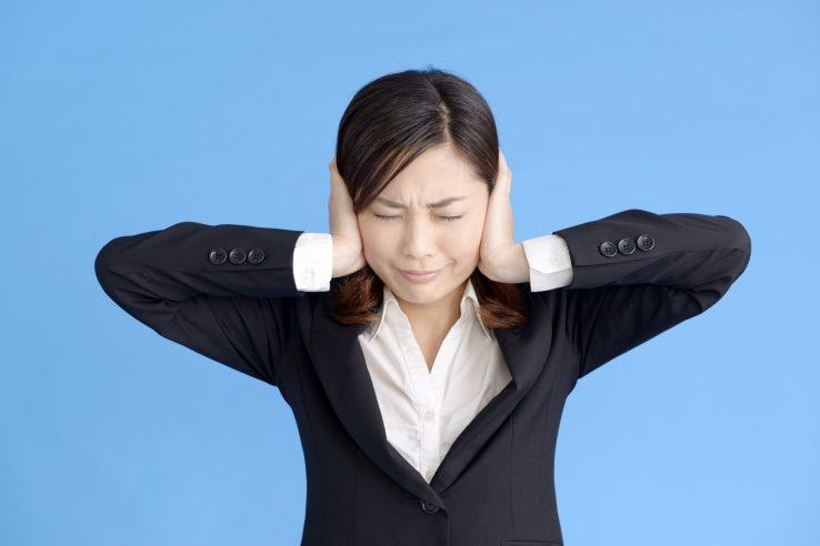 突発性難聴に悩む女性